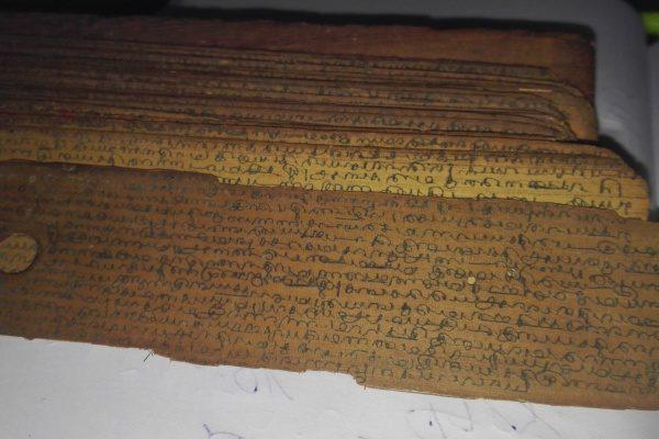 Schrift auf einem Palmblatt